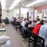 井手ちゃんぽん - 店内には、カウンター席とテーブル席と小上がりがあります。 平日昼過ぎなのに、結構ワシャワシャしとりました。