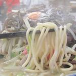 井手ちゃんぽん - 麺も太麺で食べ応えがあります。       味の強さに負けない感じですね。