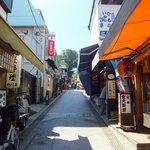 寺子屋本舗  - 「弁財天仲見世通り」といいます。両脇にいろんな店が並んでいます。