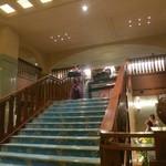 チッペンデール - 京都オークラホテルの1階ロビーの階段を上がり2階へ。