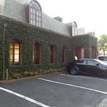 珈琲館 - 朝は駐車場がいっぱいです。道路を隔てた所にも駐車できます。