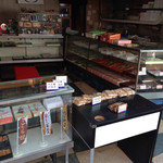 紅谷菓子舗 - 店内。さすがに仕入れ品も置いてあろようです