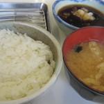 31427990 - 定食のごはんとみそ汁 奥のバットに天ぷらが置かれていきます