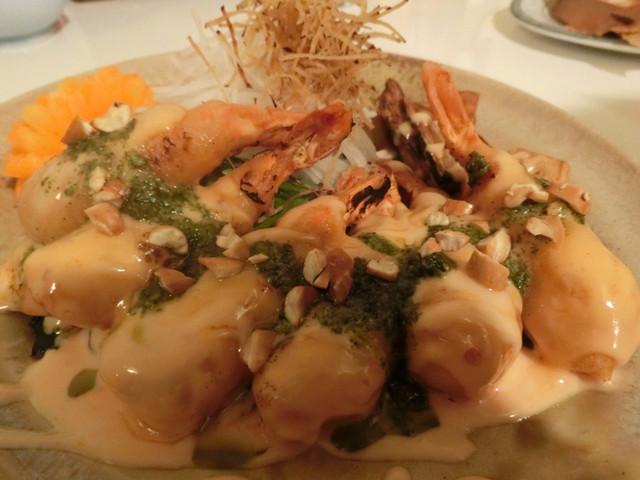 ゆるり 中華食堂 癒食同源 - 海老マヨネーズのあぶりバジルとナッツの香り 740円。