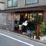 31432904 - 西荻窪の評判店「どん」口開け30分でほぼ満席の人気ぶり