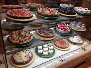 ア・ラ・カンパーニュ 町田店 - 食後のデザートにケーキをテイクアウト=3=3=3 本屋さんの帰りに神戸発祥のケーキ屋さんへ☆彡 前からフルーツたっぷりで気になってたの♪