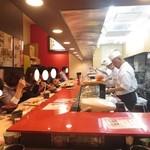 金沢まいもん寿司 - カウンター席だけです。