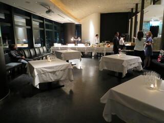 フィッシュバンク トーキョー - 東京ベイサイドエリア側のサブダイニング「ブリックス」。