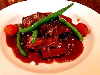 フランツクラブ浜松町  - ケーニッヒグーラッシュ(牛肉の赤ワイン煮込み:ランチセット1,800円)のメイン。結構ボリュームたっぷり。味が濃いのはいかにもビアレストランですが、しつこくはないです。