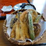 手打蕎麦茶や辻 - 料理写真:天ぷら 小さ目ですが、色々な酒類が楽しめて嬉しい^^