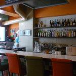 +ant cafe - カウンターには、お酒がずらり!夜はどんな感じのお店なんでしょう?