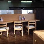 麺屋 朱雀 - テーブルの位置が高い!