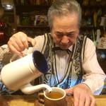 31460948 - マスターが丁寧に注ぐコーヒー(写真撮影許可済み)