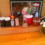 元祖博多中洲屋台ラーメン 一竜 - カウンターの薬味類