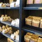 Le Chocolat Alain Ducasse - 棚に並べられたショコラ!