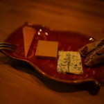 fusion bar 3 - お通しは三種チーズとドライイチジク