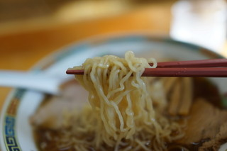 くどうラーメン - モッチリ中細縮れ麺