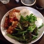 アームウッド コテージ - 温玉のせタンドリーチキンのサラダ仕立てごはんプレート