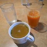 31480418 - セットのスープとドリンクバーの飲み物。