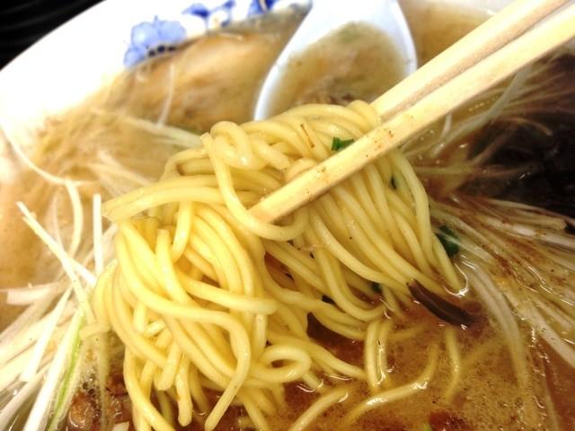 ラーメン無法松 本店 - 湯切りの高さが凄い!鳳凰のように麺が飛びます(笑)