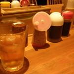 釜たけうどん - カウンター席卓上;冷たい麦茶と調味料