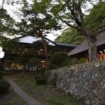 大沢温泉 菊水館 - 自炊部のほうへ歩く最中ふりむいて