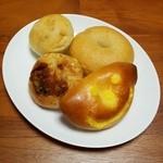 31487226 - クリームパン・ブルーチーズとタマネギのパン・くるみパン・ベーグル