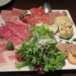 31489257 - 冷たいお肉の前菜盛り合わせ。1900円(税抜)。