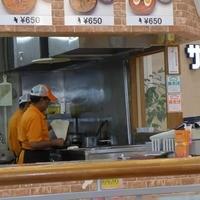 GEETA-インド人の店員さんがタンドリーでナンを焼き始めます