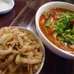 刀削麺園 - 麻辣刀削麺と特製ライス(搾菜とネギの和え物)