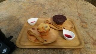 黒百合ヒュッテ - コケモモとチョコレートのカップケーキ