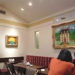 銀座みゆき館 - 絵画が壁に多数