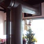 マカロニ食堂 - 客席を抜けるピザ窯の煙突もスタイリッシュ。