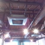 マカロニ食堂 - むき出しの梁が明るい店内とマッチ。