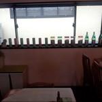 マカロニ食堂 - 両側の壁に大きなガラス窓。