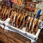 益田商店 元祖朽木屋 - 焼き鯖は、大きさで値段が違います。わが家はいつも1000円の焼き鯖です