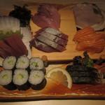 Sammaimesukegorou - 刺身三点盛り(ひらめ、しめ鯖、ブリ、マグロ、ホウボウ、サーモンの6点と、カッパ巻き):980円