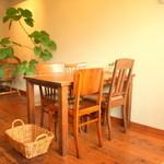 ニムカフェ - 木のぬくもり感じるテーブル