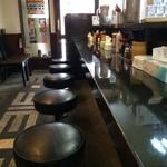 徳島ラーメン 麺王 - カウンターのみですが、かなり長いです