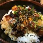 徳島ラーメン 麺王 - サイコロ状のチャーシューが乗った丼、真ん中に生卵が