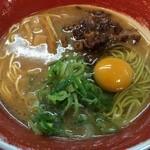 徳島ラーメン 麺王 - 見た目も食べてもコッテリ系の徳島ラーメン、チャーシューの代わりに、煮た豚バラが乗ります、生卵がサービス
