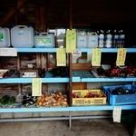 明神そば - 入口脇にある無店舗野菜たち。エエ感じ♪