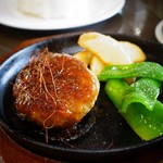 倶梨伽羅 - ハンバーグもなかなかのお味。焼き具合もちょうどよろしい