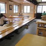 山桜 - 隅っこのテーブル席に座って、