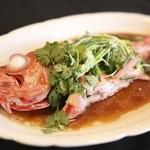 戸芽主 - 料理写真:本日の鮮魚姿蒸し(仕入れ状況により魚の種類は異なります)