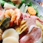 でん - 海鮮寄せ鍋コース。先出し3種、味噌だれ焼き鳥、豪華お刺身7種、海鮮寄せ鍋、〆のうどん・そば、デザート