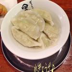黒がね - 水ぎょうざ(6ヶ/250円)1枚♪ ここの餃子は基本、野菜たっぷり(^^♪ 水ぎょうざも美味し〜☆彡