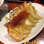 黒がね - 焼ぎょうざ(6ヶ/250円)2枚♪ ここの餃子は基本、野菜たっぷり(^^♪ 焼ぎょうざ美味し〜☆彡
