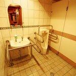味楽園 - 1階のお手洗いは広く、手すりを設けております。気兼ねなくご利用いただけます。