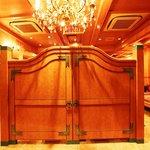 味楽園 - 入口の大きな門と、華やかなシャンデリアがお客様をお出迎えいたします。